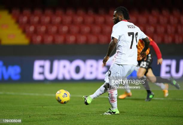 Franck Kessie of AC Milan scores their sides first goal from the penalty spot during the Serie A match between Benevento Calcio and AC Milan at...