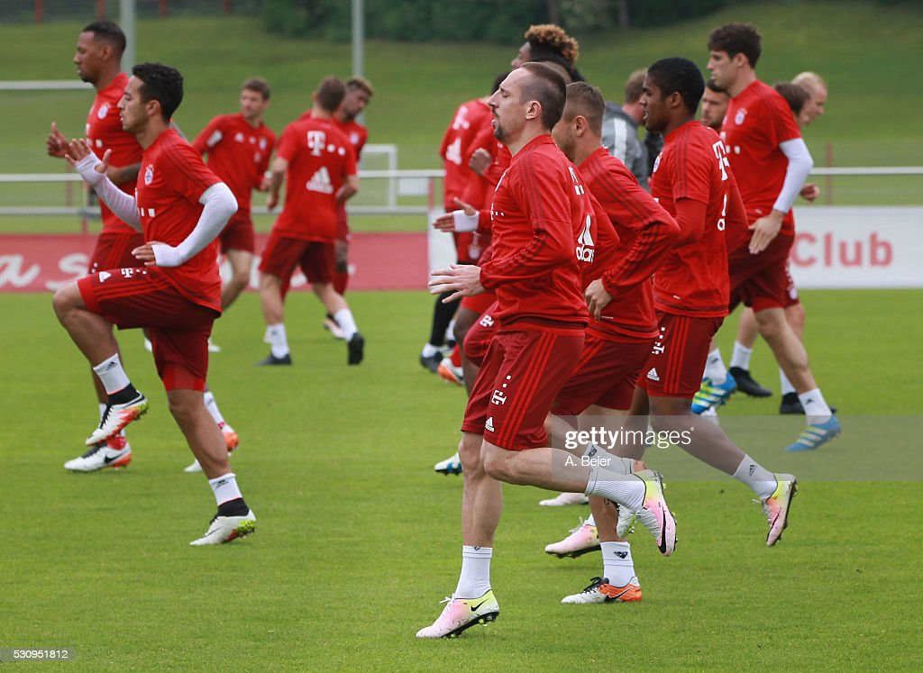Franck Ribery and his teammates of Bayern Muenchen warm up during a training session at FC Bayern Muenchen training ground on May 12, 2016 in Munich, Germany.