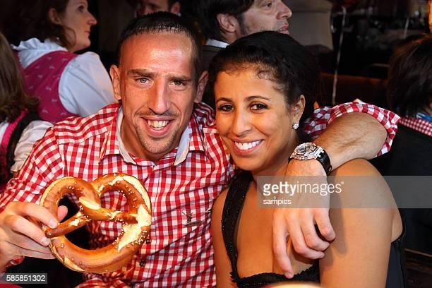 Franck RIBERY FC Bayern München mit Frau Wahiba Belham auf dem Münchner Oktoberfest Wiesnbesuch des FC Bayern München