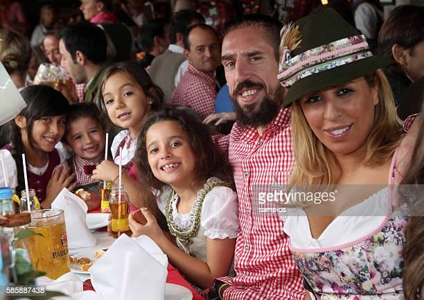 Franck RIBERY FC Bayern München mit mit Ehefrau WAHIBA und Töchter Hiziya und Shahinez Sohn Seïf FC Bayern auf der Wiesn auf dem Münchner Oktoberfest