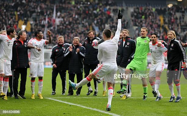 Franck RIBERY FC Bayern München tanzt mit Megaphon vor der Mannschaft 1 Bundesliga Fussball Eintracht Frankfurt FC Bayern München 01 FC Bayern feiert...