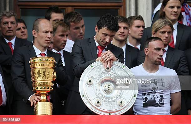 Franck Ribery mit Pokal und Meisterschale Mark van Bommel und Arjen Robben nachdenklich FC Bayern feiert am Marienplatz mit seinen Fans das Double...
