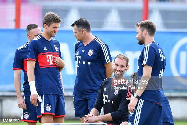 Franck Ribery , Thomas Mueller, assistant coach Willy Sagnol and goal keeper Tom Starke talk to each other during a training session at Saebener...