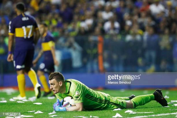 Franco Armani of River Plate controls the ball during the Semifinal second leg match between Boca Juniors and River Plate as part of Copa CONMEBOL...