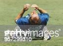 Franco Baresi Kapitän der italienischen FußballNationalmannschaft kniet auf dem Rasen und schlägt entsetzt die Hände über dem Kopf zusammen nachdem...