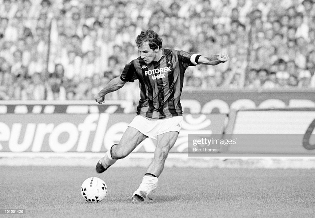 Franco Baresi of AC Milan in action against Juventus during an Italian League match held at Stadio Comunale Vittorio Pozzo in Turin, Italy on 5th October 1986. The match ended in a 0-0 draw. (Bob Thomas/Getty Images).