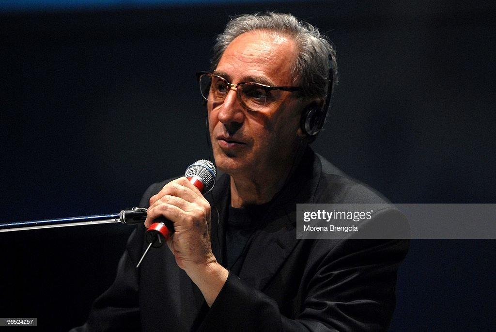 Franco Battiato Performs In Milan : Foto di attualità