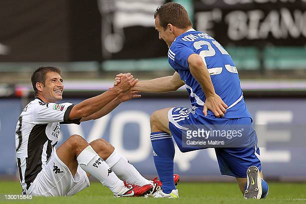 Franco Brienza of AC Siena and Steve Von Bergen of AC Cesena help each other up during the Serie A between AC Siena and AC Cesena at Artemio Franchi...