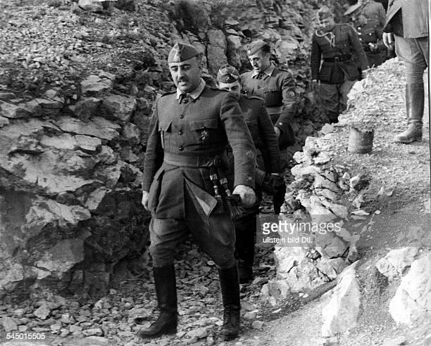 Franco Francisco 'Caudillo' *04121892Politiker Offizier SpanienBuergerkrieg Ebroschlacht Franco inspiziert mit seinem Stab einen Schuetzengraben im...