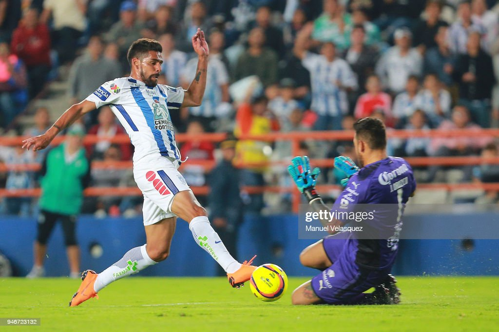 Franco Jara (L) of Pachuca struggles for the ball against Jonathan Orozco (R) of Santos during the 15th round match between Pachuca and Santos Laguna as part of the Torneo Clausura 2018 Liga MX at Hidalgo Stadium on April 14, 2018 in Pachuca, Mexico.
