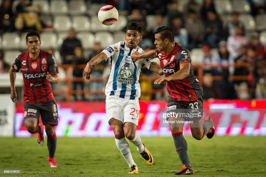 Franco Jara (L) of Pachuca struggles for the ball with Mario de Luna (R) of Necaxa during the 12th round match between Pachuca and Necaxa as part of the Torneo Apertura 2017 Liga MX at Hidalgo Stadium on September 30, 2017 in Pachuca, Mexico.