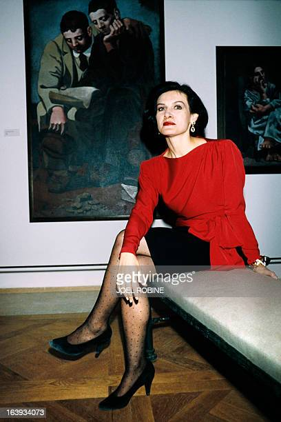 Franco Spanish fashion designer and businesswoman Paloma Picasso poses on September 23 1985 in front of 'The reading of the letter' a 1921 dated...