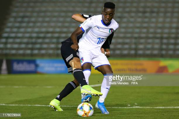 Franco Tongya of Italy struggles for the ball with Emilio Lara of Mexico during the FIFA U17 Men's World Cup Brazil 2019 group F match between Mexico...