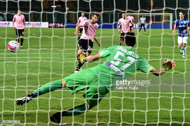 Franco Vazquez of Palermo scores a penalty during the Serie A match between US Citta di Palermo and Atalanta BC at Stadio Renzo Barbera on April 20...