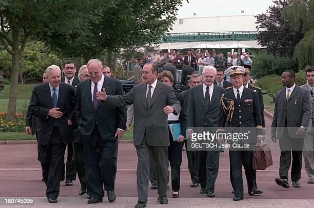 Francogerman Summit In Poitiers En France le 13 juin 1997 69ème Sommet francoallemand au Futuroscope de Poitiers De gauche à droite marchant côte à...