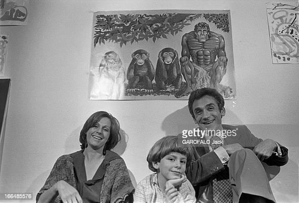 Francois De Closets Paris 20 juin 1977 Chez lui François DE CLOSETS journaliste français assis en compagnie de sa femme Jannick et son fils Régis...
