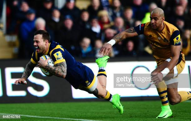 Francois Hougaard of Worcester Warriors breaks clear of Tom Varndell of Bristol Rugby and goes over for his sides second try during the Aviva...