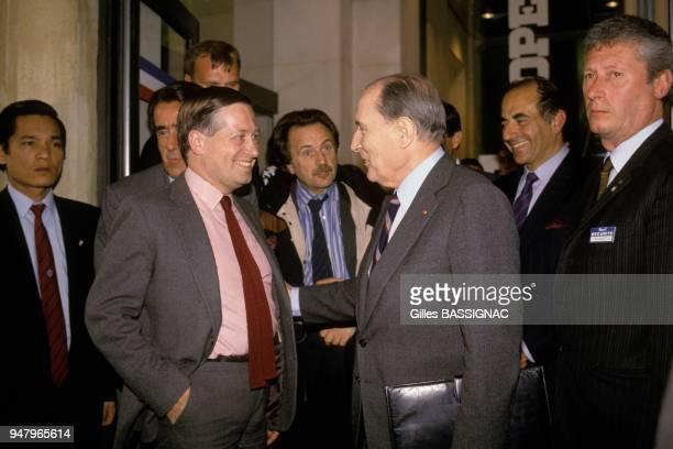 Francois Mitterrand a Europe 1 avec le journaliste Alain Duhamel le 5 mai 1988 a Paris France