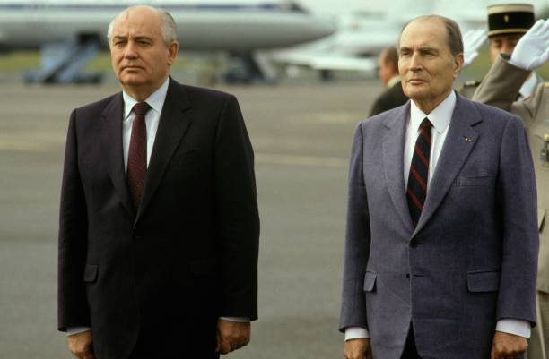francois mitterrand accueille mikhail gorbatchev a latche pictures getty images. Black Bedroom Furniture Sets. Home Design Ideas