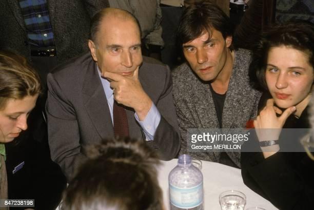 Francois Mitterrand entre les deux tours de l'election presidentielle a la Fete de l'egalite avec le chanteur Yves Simon le 30 avril 1988 en France