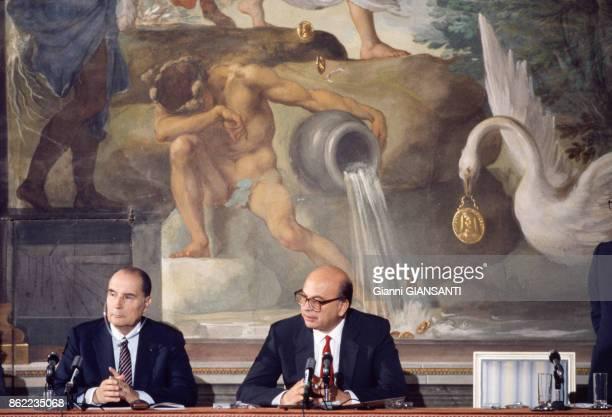 Francois Mitterrand et Bettino Craxi lors d'une conférence de presse à Florence le 15 juin 1985 Italie