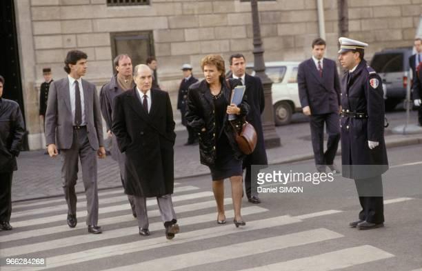 Francois Mitterrand et le Premier ministre Edith Cresson quittent l'Elysee apres le Conseil des Ministres le 18 decembre 1991 a Paris France