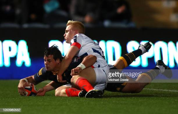 Francois Venter of Worcester Warriors scores a try as he evades Aaron Reed of Sale Sharks during the Premiership Rugby Cup match between Worcester...