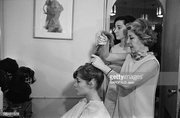 Francoise Hardy At Carita Françoise HARDY essaie des perruques chez CARITA à Paris se faisant coiffer par Maria CARITA