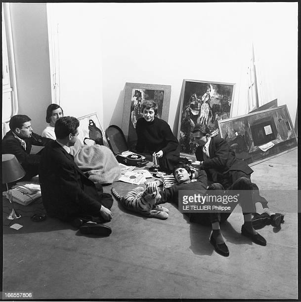Francoise Sagan In Her Apartment On Grenelle Street Françoise SAGAN et ses amis assis autour du tournedisque écoutant de la musique dans son...