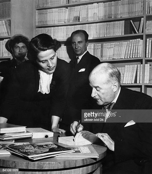 FrancoisPoncet Andre *13061887Diplomat F signiert sein Buch `Souvenirs d'uneAmbassade a Berlin ' anlässlich derEröffnung der neugestalteten `Maison...
