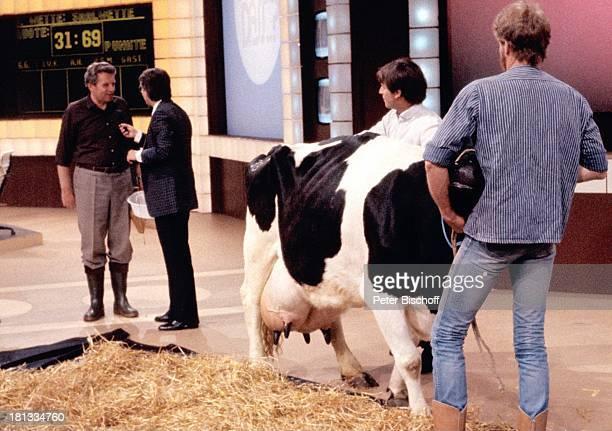Frank Elstner Herbert Wendland Helfer Kuh 'Waltraud' ZDFShow 'Wetten daß ' Kiel Deutschland Tier Tiere Heu Euter melken Hocker Logo Entertainer...