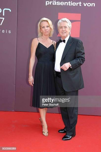 """Frank Elstner, Lebensgefährtin Britta Gessler, Verleihung, Gala Bayerischer Fernsehpreis 2007, Preis: """"Der Blaue Panther"""", Prinzregententheater,..."""