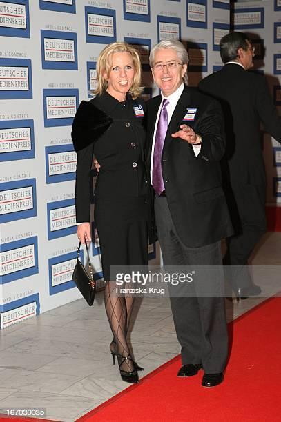 """Frank Elstner Mit Seiner Ehefrau Britta Gessler Bei Der Verleihung Des """"Deutschen Medienpreis"""" An U2_Sänger_Bono Im Kurhaus In Baden Baden Am 240106 ."""