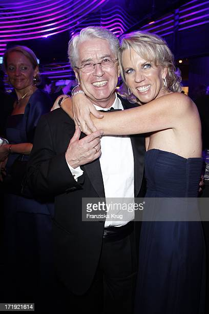 Frank Elstner Und Ehefrau Britta Gessler Bei Der Ankunft Zur Bambi Verleihung 2011 In Den Rhein Main Hallen In Wiesbaden