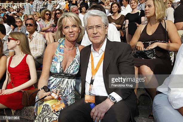 Frank Elstner Und Ehefrau Britta Gessler In Der Zdf Sendung Wetten Dass In Der Stierkampfarena In Palma De Mallorca