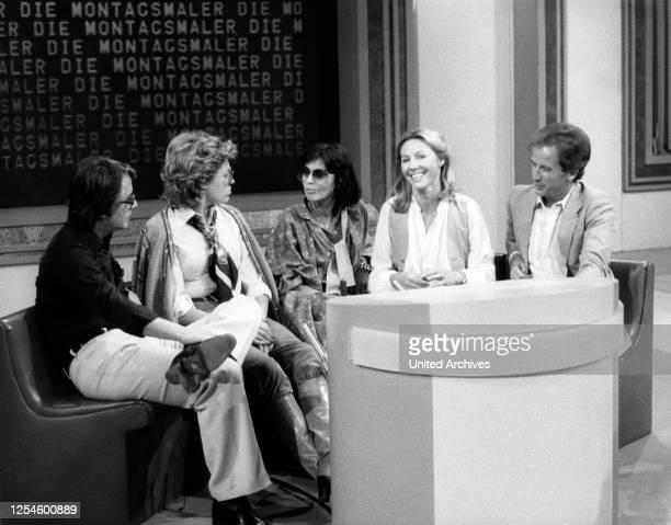 """Frank Elstner und ein Team von ARD Ansagern, ua Max Schautzer, bei der Fernsehshow """"Die Montagsmaler"""", Deutschland Ende 1970er Jahre."""