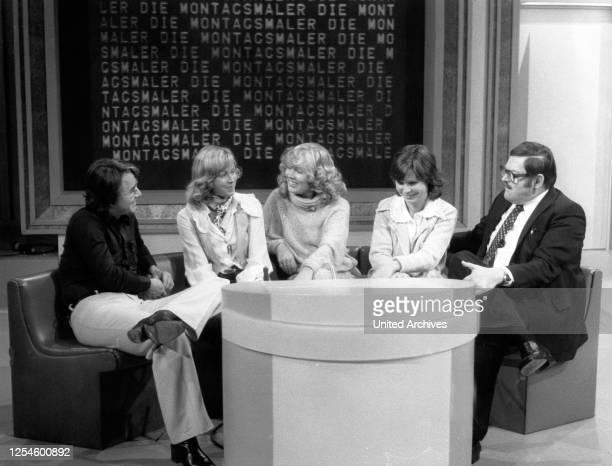 """Frank Elstner und ein Team von ZDF Ansagern, ua Elke Kast und Gerhard Klarner, bei der Fernsehshow """"Die Montagsmaler"""", Deutschland Ende 1970er Jahre."""