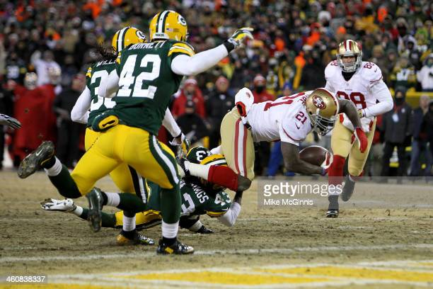 Frank Gore of the San Francisco 49ers scores a 10 yard touchdown in the second quarter against the Green Bay Packers during their NFC Wild Card...