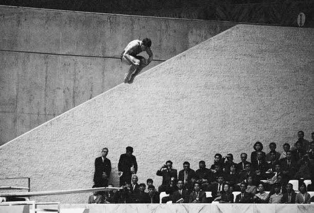 يتنافس فرانك جورمان من الولايات المتحدة في مسابقة غطس انطلاق 3 أمتار للرجال في 13 أكتوبر 1964 خلال الدورة الثامنة عشرة للألعاب الأولمبية الصيفية ...