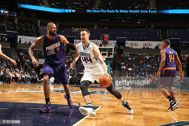 Frank Kaminsky III of the Charlotte Hornets drives to the basket against Tyson Chandler of the Phoenix Suns on March 1 2016 at Time Warner Cable...