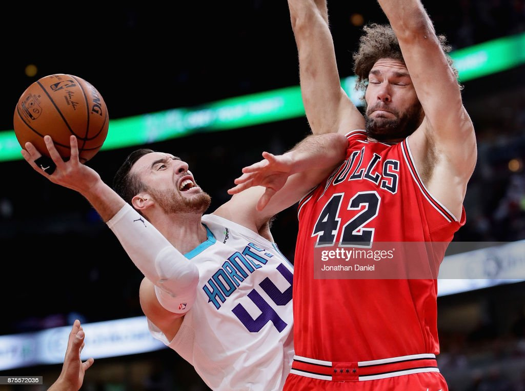 Frank Kaminsky #44 of the Charlotte Hornets tries to shoot against Robin Lopez #42 of the Chicago Bulls at the United Center on November 17, 2017 in Chicago, Illinois.