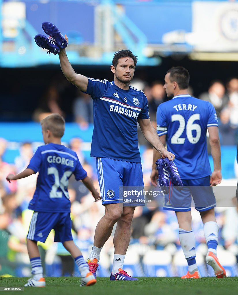 Frank Lampard of Chelsea acknowledges the crowd following the Barclays Premier League match between Chelsea and Norwich City at Stamford Bridge on May 4, 2014 in London, England.