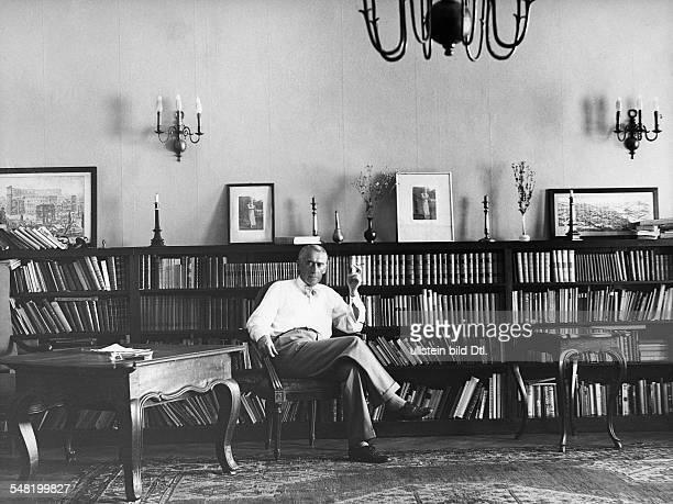Frank Leonhard *04091882 Schriftsteller D Ganzkoerperaufnahme sitzt auf einem Stuhl in seinem Arbeitszimmer 1930
