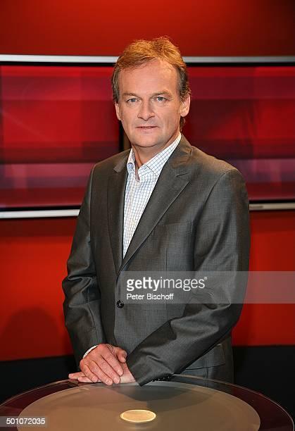 Frank Plasberg Porträt ARDPolitikSendung Hart aber fair Studio B des WDR Köln NordrheinWestfalen Deutschland Europa Portrait Studio Deko Moderator...