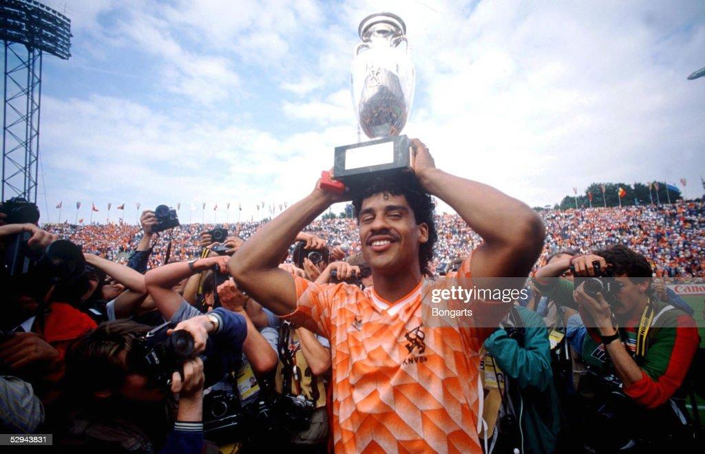 Frank RIJKAARD/HOL mit EM-Pokal 1988; : News Photo