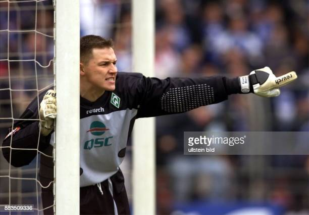 Frank Rost Sportler Fußball D steht am Torpfosten und gestikuliert Torhüter Torwart Einzelaufnahme