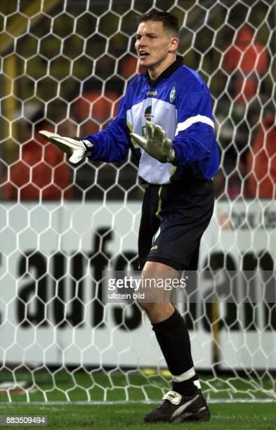 Frank Rost Sportler Fußball D steht vor dem Tor und gestikuliert Torhüter Torwart Einzelaufnahme