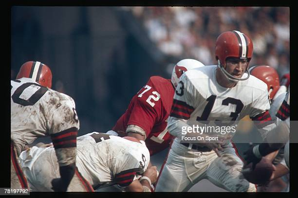 Frank Ryan quarterback of the Cleveland Browns turns to hand the ball off in a circa mid 1960's NFL football game against the St Louis Cardinals in...