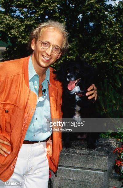 Frank Schröder, deutscher Schauspieler und Sänger, mit seinen Eltern und Hund Strolchi beim Kaffeetrinken in Hamburg, Deutschland um 1995.
