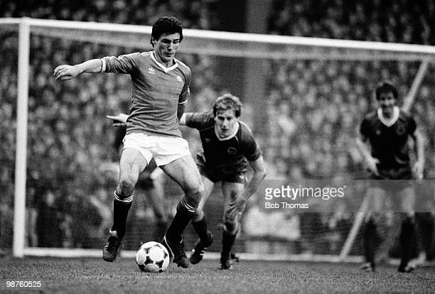Frank Stapleton of Manchester United controls the ball watched by Kevin Richardson of Everton during the FA Cup 6th round match held at Old Trafford...